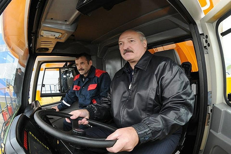 Лукашенко иДодон натракторах засеяли поле кукурузой вМолдавии