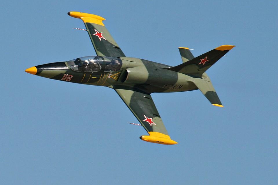 ВАдыгее военный самолет сел вне аэродрома из-за попавшего в мотор предмета