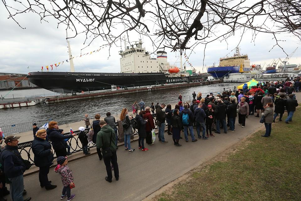 ВПетербурге проходит юбилейный фестиваль ледоколов— Танцы вакватории
