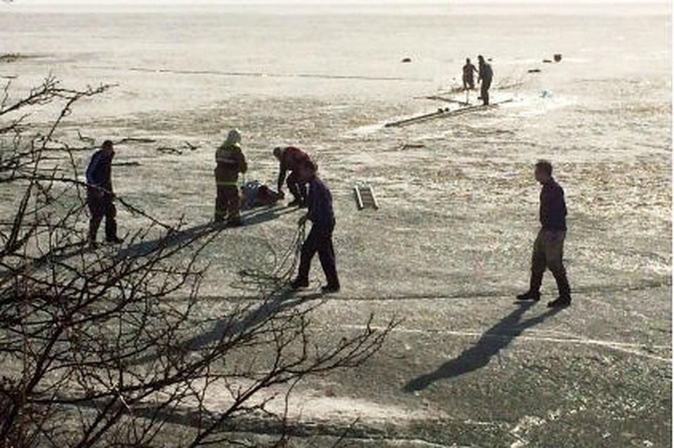 ВКрасноярском крае спасли четырёх рыбаков, провалившихся под лёд