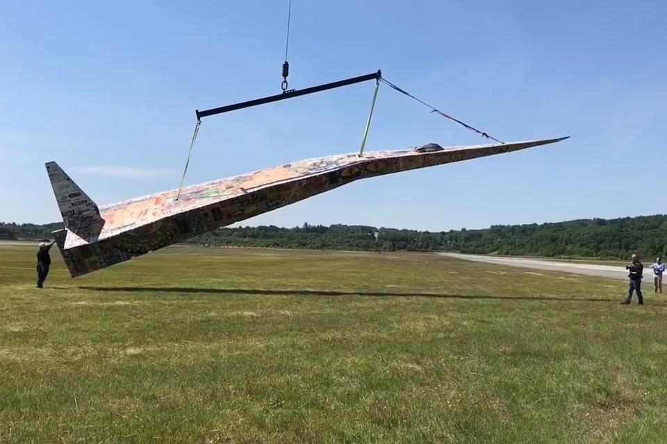 Самолетик поднимали в воздух с помощью кранов