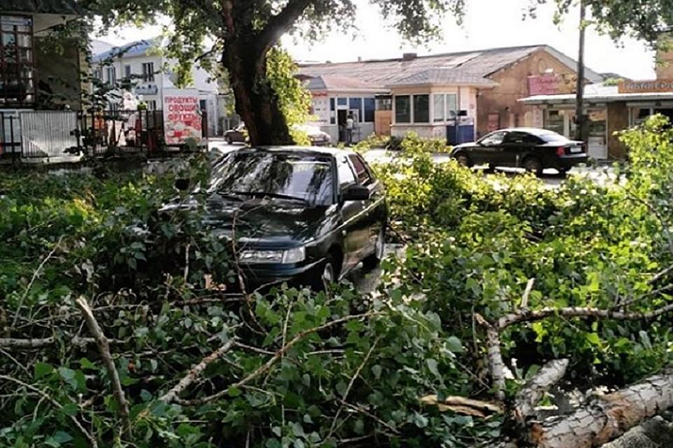 Стихия повредила множество машин