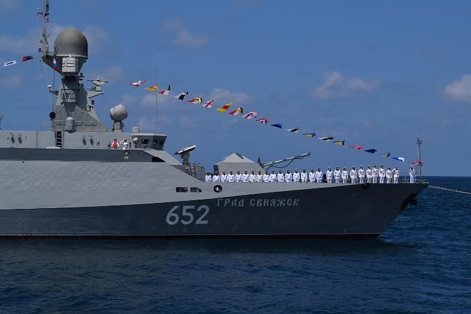 Военно-морской парад вчесть дня ВМФ Российской Федерации прошел всирийском Тартусе