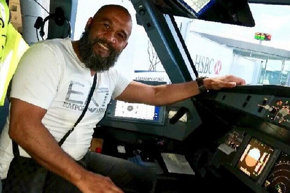 Французский боксер нейтрализовал дебошира наборту самолета
