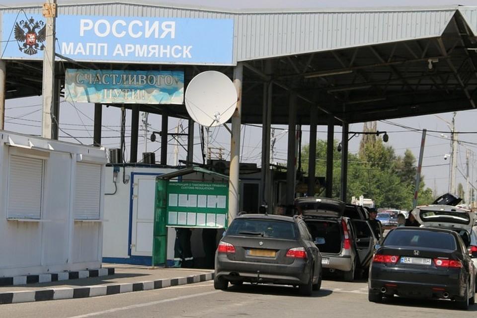 Вгосударстве Украина пограничник порвал паспорт соотечественника, собиравшегося переехать вКрым