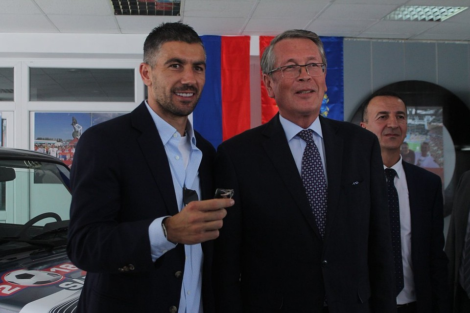 Капитан сборной Сербии пофутболу Александр Коларов получил приз— Лада 4x4