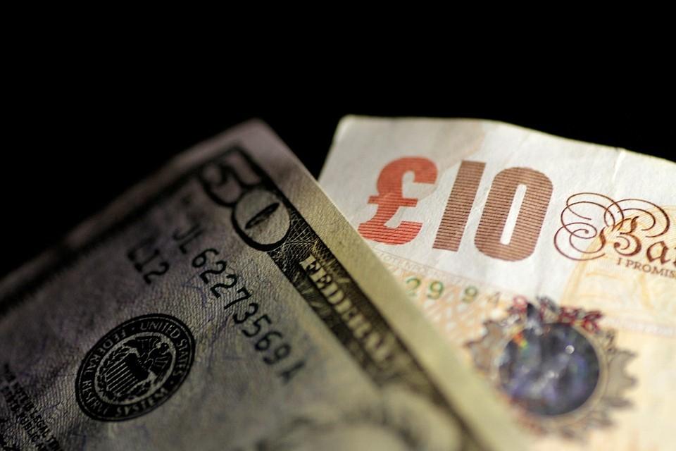 Рубль укрепился к доллару и евро благодаря дорожающей нефти