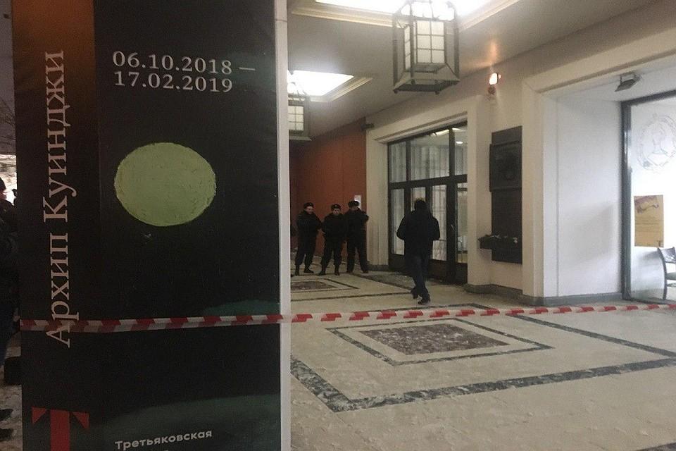 У Инженерного корпуса Третьяковской галереи дежурят полицейские