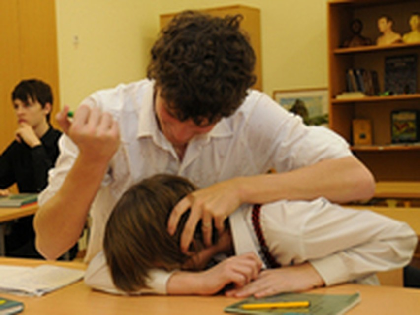 мальчики издеваются над голой связанной девушкой