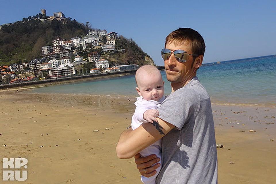 Денис Меньшов с Аннушкой на берегу моря в Сан-Себастьяне.