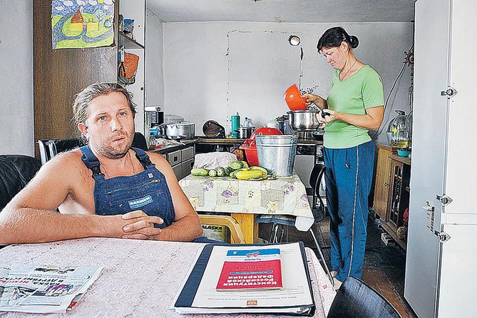 Александр и Ирина Винк перебрались из Германии в деревню под Воронежем и уже вызубрили Конституцию РФ. Для борьбы с местными бюрократами.
