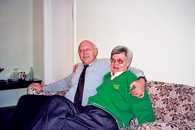 Виталий Шлыков (справа) и Дитер Герхардт, агент ГРУ Феликс, на секретных военных объектах ЮАР. Историки называют Феликса одним из ста величайших разведчиков с древнейших времен до наших дней. После провала из-за предательства в Москве в 1983 году был осужден на пожизненное заключение. В 1992 году Д. Герхардта освободили по просьбе Президента России Бориса Ельцина, перед которым за него ходатайствовал В. Шлыков, его связной Боб. На фото: Боб и Феликс в военном санатории «Архангельское» сразу после выхода Герхардта на свободу.