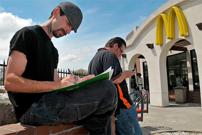 «Макдональдс» в штате Массачусетс готов поставить за кассу только бакалавров, требуя от кандидатов на эту должность еще и два года стажа.