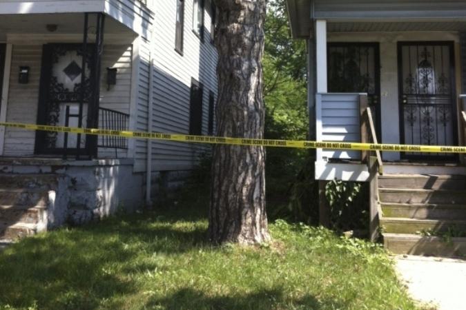Дом, в подвале которого нашли одно тело, на пустыре неподалеку – второе