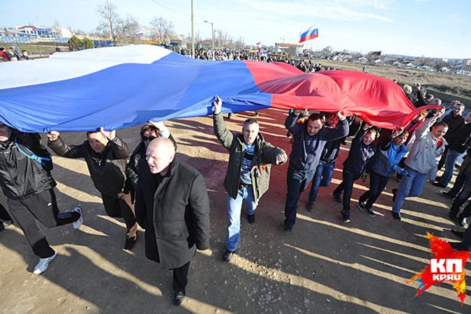 За неделю до исторического события народ собрался, так сказать, «на разогрев». Точное количество никто не считал, но люди заполнили всю площадь Ленина, движение на прилегающих улицах пришлось перекрыть.