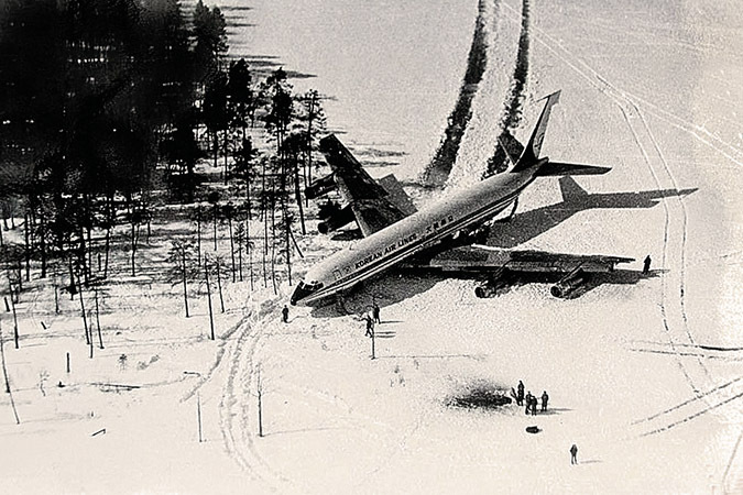 Наши истребители посадили «Боинг»-нарушитель на замерзшее озеро.