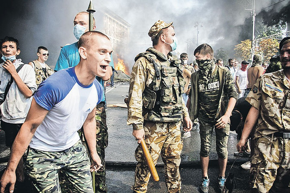 Это Киев, типичный сегодняшний Киев. Украинская молодежь в националистическом угаре готова растерзать всех, кто с ней не согласен. И журналиста, и милиционера, и просто прохожего... Фото: Олег ТЕРЕЩЕНКО/«КП» - Киев