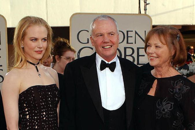 """Николь Кидман с отцом Энтони и матерью Джанелль на """"Золотом глобусе""""-2002."""