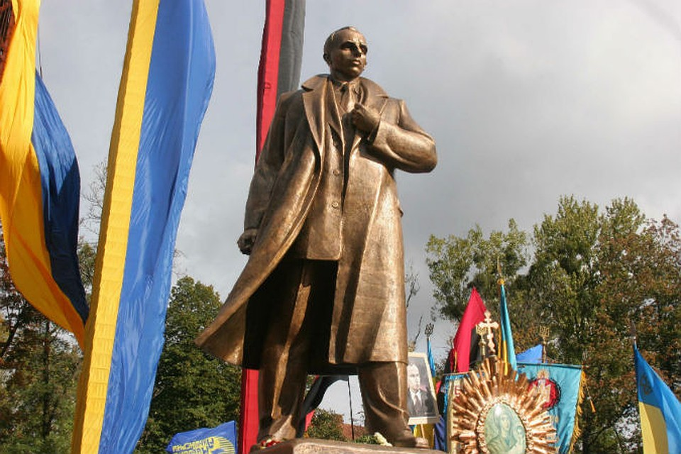 Открытие памятника идейному лидеру Организации украинских националистов (ОУН) Степану Бандере во Львове, 2007 год