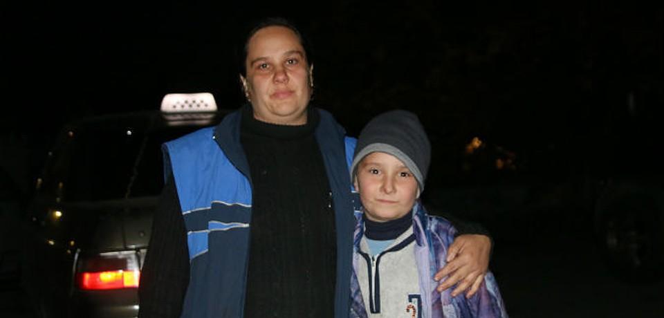 Оксана со своим сыном Никитой. Журналисты «КП» вывезли их из зоны боевых действий в Торез.
