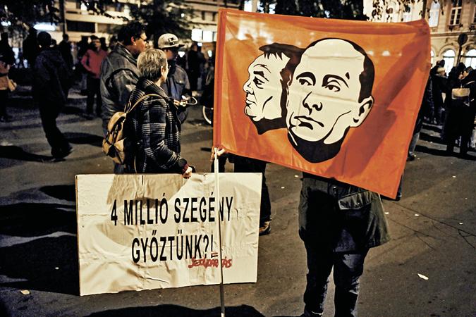 Протестующие венгры держат плакаты: «4 миллиона бедных. Разве мы выиграли?», почему-то считая, что в этом виноваты Орбан и Путин. Фото: TASS