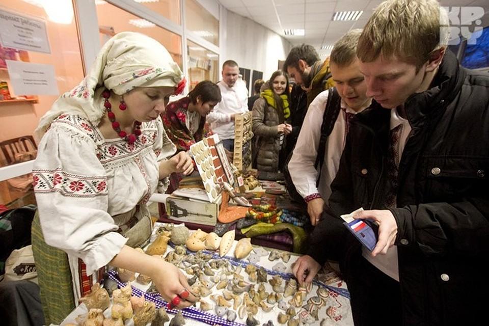 «День вышиванки»:  мыло с «Погоней», вышитые сережки и огромные толпы