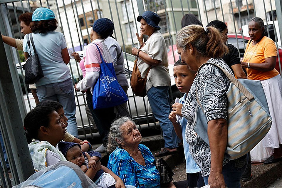 Очередь за продуктами в супермаркете в столице Венесуэлы