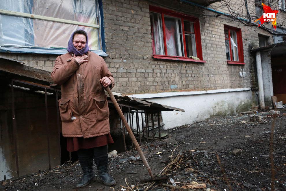 Жители Дебальцево пытаются убраться в своих дворах Фото: Нигина БЕРОЕВА
