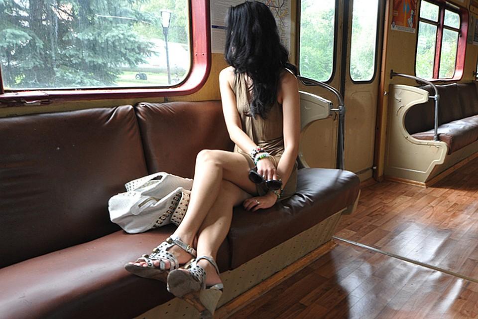 Привлекательная темнокожая девица Raylen Hustler расположилась на диване