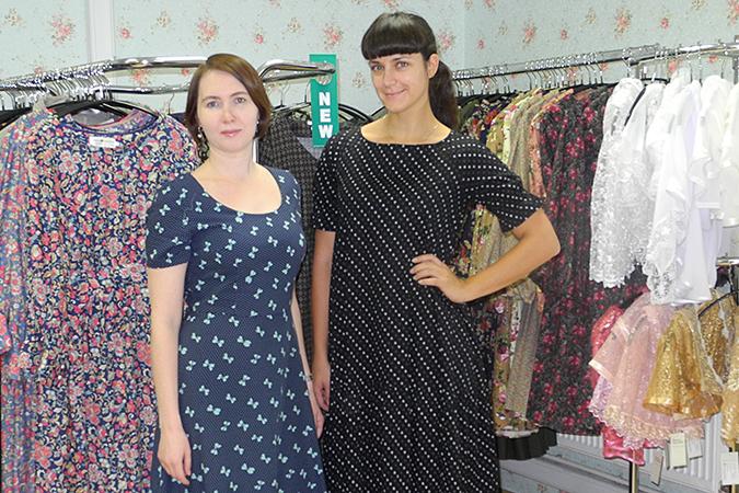 В маленьком офисе среди вешалок и ворохов (ворохов!) длинных платьев — две молодые женщины: одна выглядит испуганной, другая похожа на Ваенгу