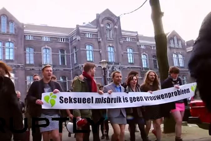 В Нидерландах мужчины-политики надели мини-юбки и вышли на митинг ФОТО: Кадр из видео