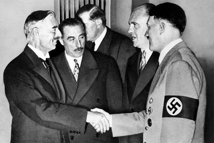 А вот аналогичный документ, подписанный 30 сентября 1938 года с Адольфом Гитлером премьером Великобритании Невиллом Чемберленом, англичане никогда не называют «пактом Гитлера – Чемберлена»