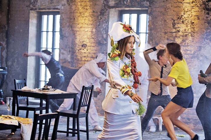 Ксения готова рекламировать что угодно- хоть ресторанный бизнес (на фото она - на съемках программы «Битва ресторанов»), хоть начинающих певцов. Лишь бы было прикольно и платили хорошо. Фото: Пресс-служба телеканала «Пятница!»
