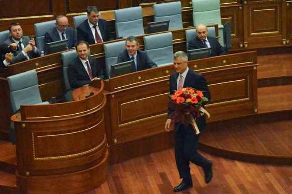 Лидер Демократической партии Косово Хашим Тачипринимает поздравления с избранием  президентом республики Косово