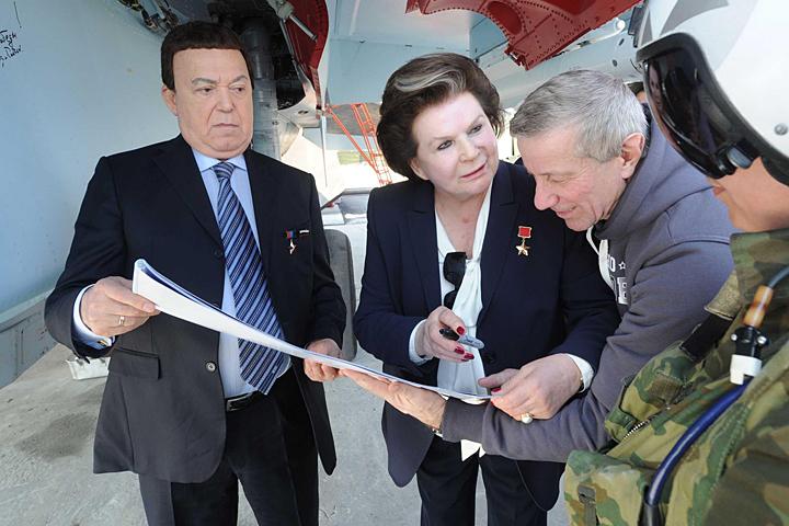 """Терешкова подолгу останавливается у каждого самолета, говорит с пилотами на непонятном нам """"летчиском"""" языке"""