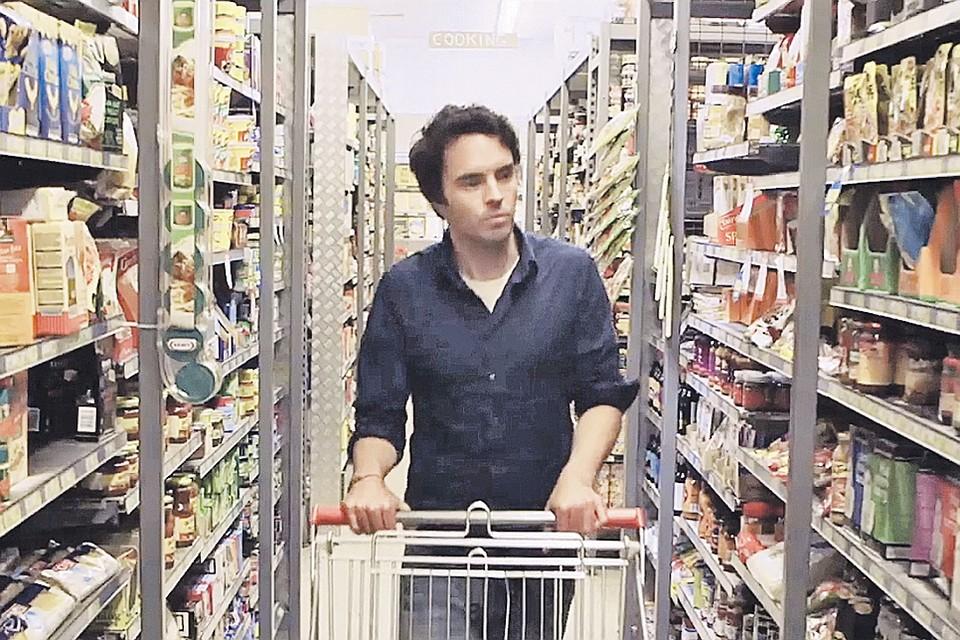 Деймон Гамо с трепетом озирается в супермаркете: он осознал, что в невинных с виду «здоровых» продуктах притаились тонны сладкого яда. Фото:  Кадр из фильма