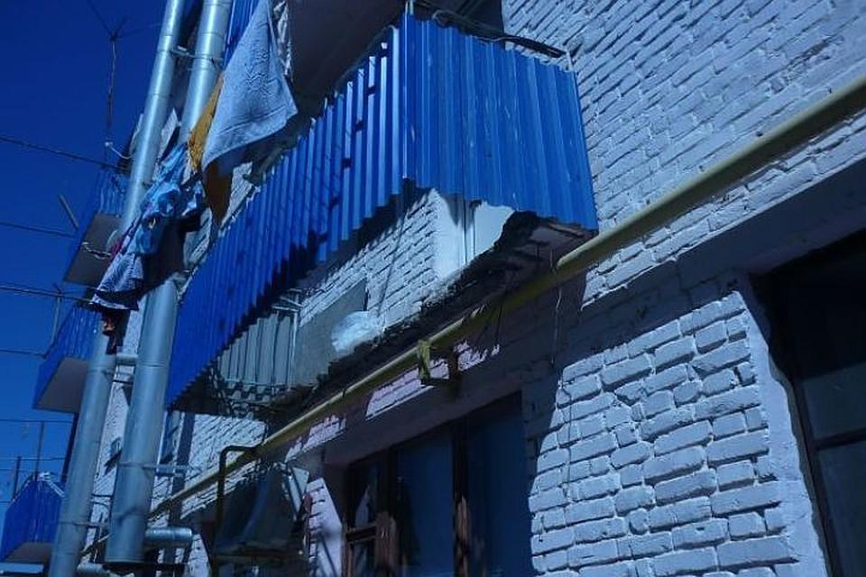Следователи проводят проверку после обрушения балкона слюдь.