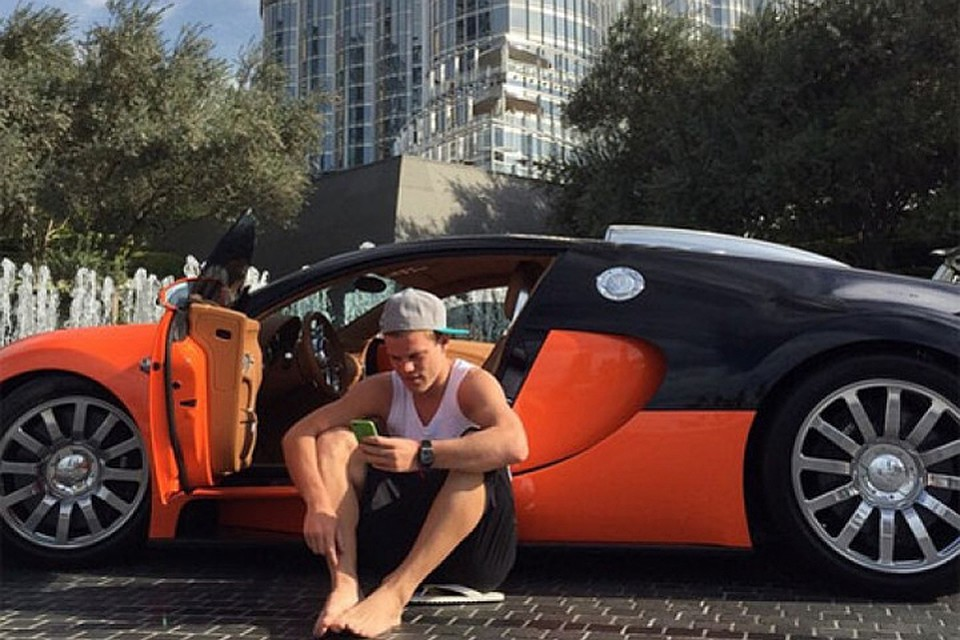 Евро-2016 для нашей сборной завершен. И теперь нападающий Александр Кокорин может беззаботно пролистать ленту соцсетей, облокотившись на Bugatti Veyron стоимостью 190 миллионов рублей. Фото: Instagram.com/kokorin9