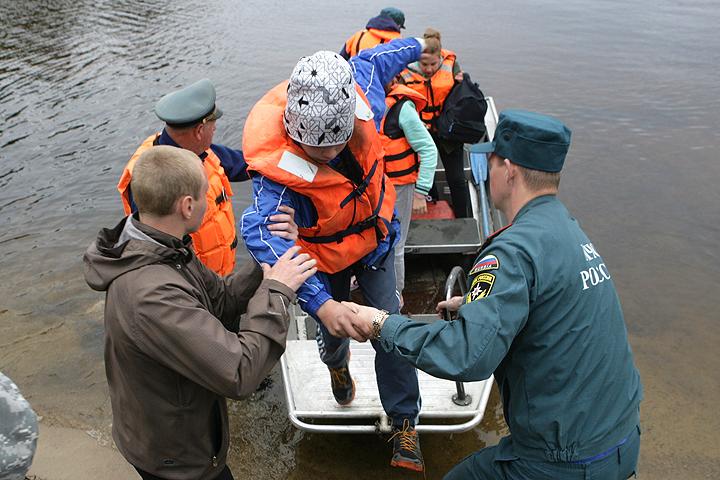 Сотрудники МЧС эвакуируют выживших подростков после трагедии на Сямозере. ФОТО Игорь Подгорный/ТАСС