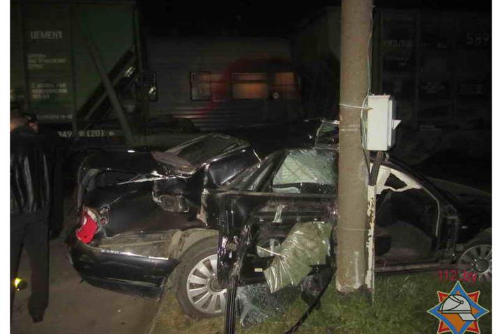 Сотрудник ГАИ на Audi A8 попал под грузовой поезд. ФОТО: МЧС