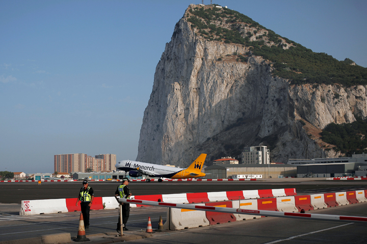 Испания старательно голосует за все пакеты санкций Евросоюза ровно за то, что охотно сделала бы сама с Гибралтаром