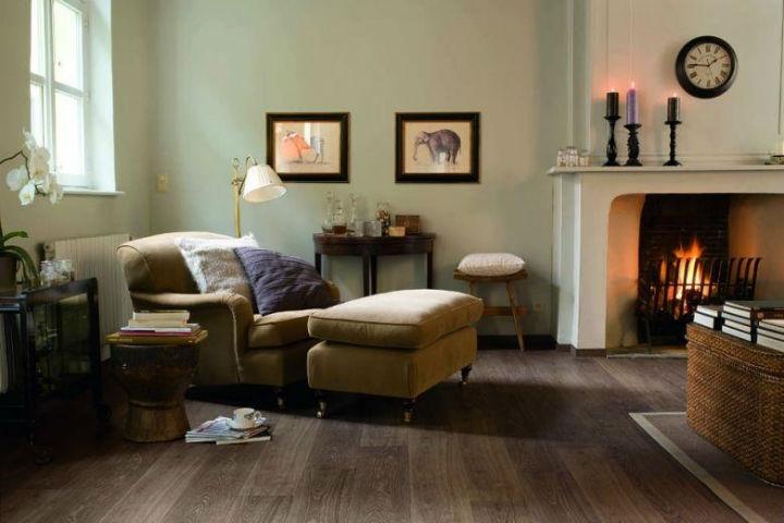 Ламинат успешно имитирует внешний вид древесины и натурального камня, но достаточно прост в уходе.