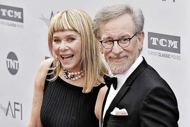 Последние 25 лет Спилберг женат на актрисе Кейт Кейпшоу.