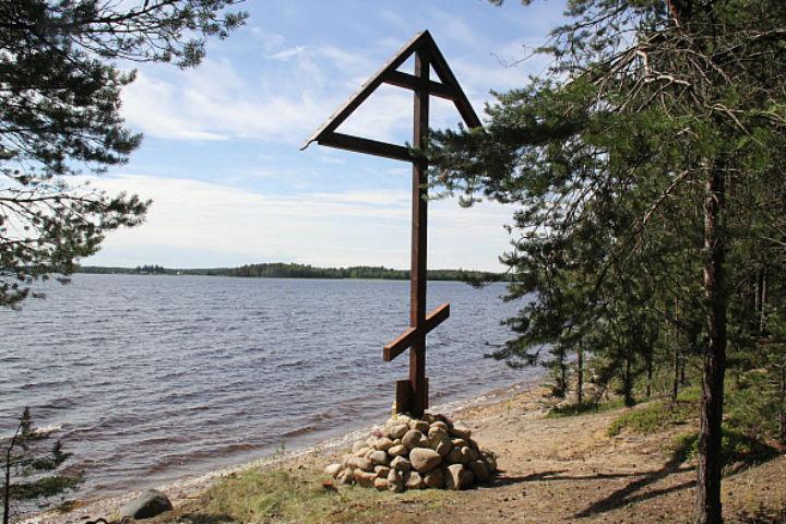 На берегу озера поставили поклонный крест Фото: gov.karelia.ru