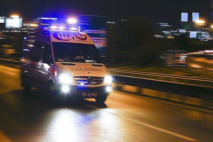 Карета скорой помощи спешит к зданию главного аэропорта Турции.