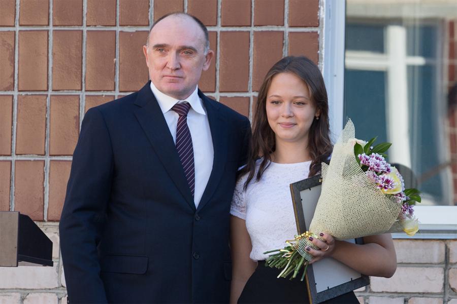 Руководитель Южного Урала наградил школьницу, спасшую напожаре 4х-летнего брата