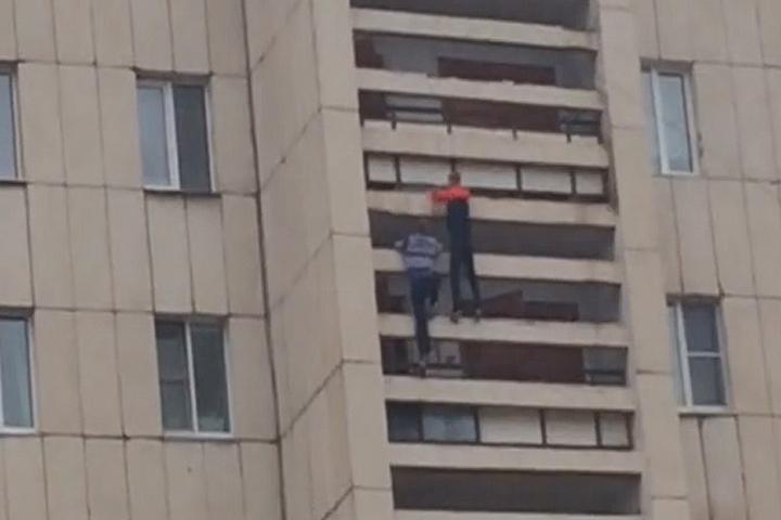 Без страха иупрека. Подростки залезли на13-этажку побалконам