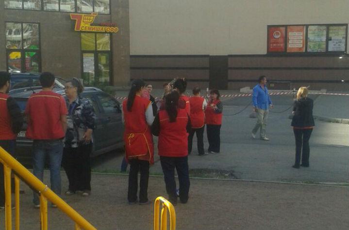 Торговый центр вПетербурге эвакуируют из-за сообщения озаминировании