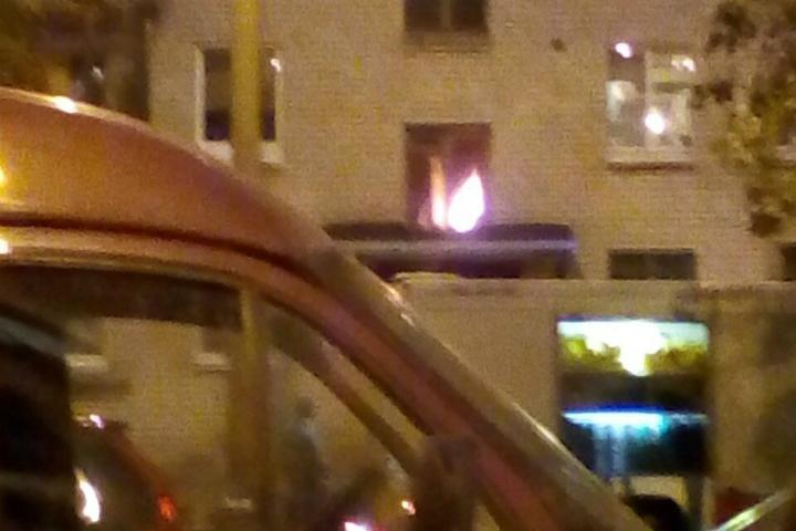 Cотрудники экстренных служб эвакуировали десять человек изгорящего дома вВасилеостровском районе