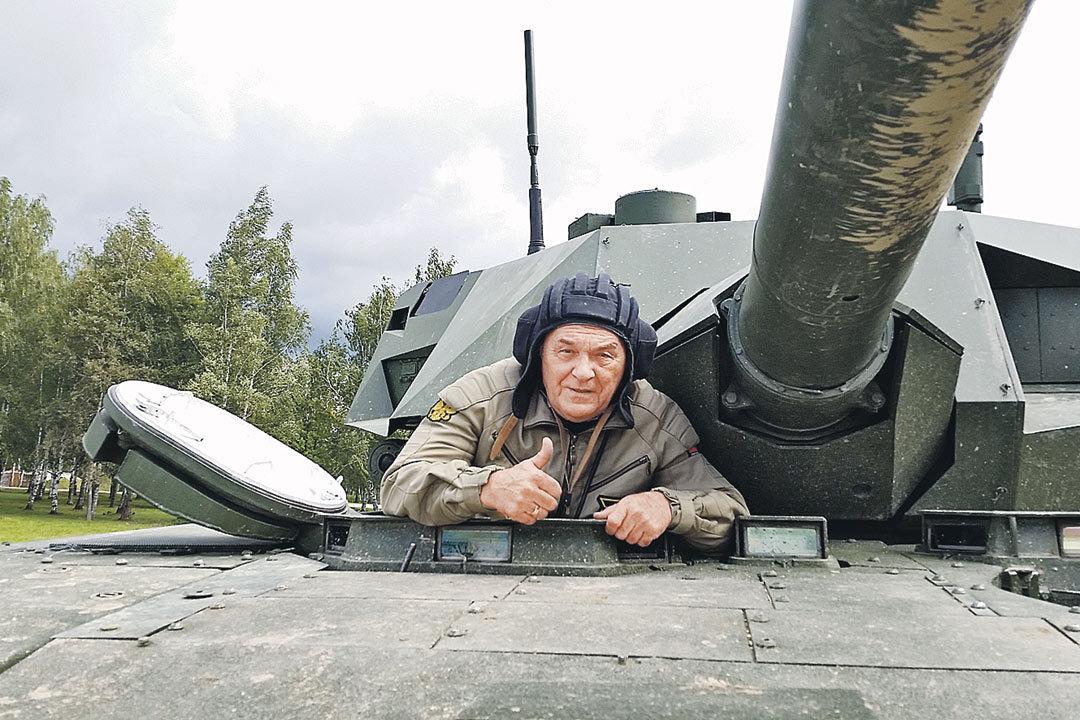 Полковник Баранец первым из журналистов побывал на командирском месте Т-14. Фото: Игорь БАРАНОВ